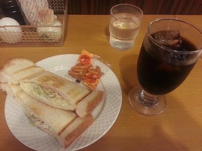 テーブルの上にアイスコーヒーと野菜サンド