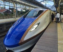 駅に停まっている北陸新幹線